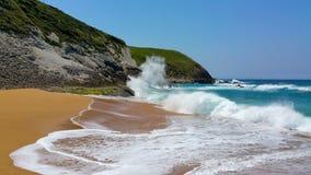 Die Welle rollt zur Küste Lizenzfreie Stockfotos