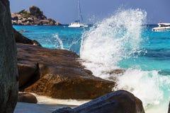 Die Welle schlägt die felsige Küste Stockfotografie