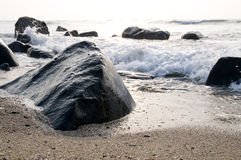 Die Welle und der Stein Stockfoto