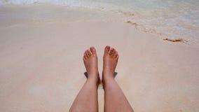 Die Welle von weiblichen Beinen auf dem Strand stock video