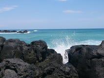Die Wellen, die auf Basalt zusammenstoßen, schaukelt entlang die ägäische Küste Stockfotos