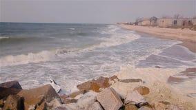 Die Wellen, die auf dem Rock an der Küste, die Wellen brechen, rollen entlang der Küste, das Wetter vor dem Sturm stock video