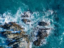 Die Wellen, die auf dem Ufer brechen Lizenzfreies Stockfoto