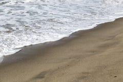 Die Wellen in der Küstenlinie Stockfotos