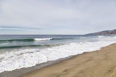 Die Wellen in der Küstenlinie Lizenzfreie Stockbilder