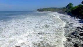 Die Wellen des Meeres bei Soka setzen, Bali-Insel auf den Strand, genommen von der Luftbildkamera stock video footage