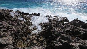 Die Wellen des Ozeans, die auf dem Riffufer brechen stock video