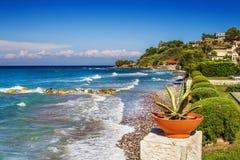 Die Wellen, die auf Argassi zusammenstoßen, setzen, Zakynthos-Insel auf den Strand Stockbilder