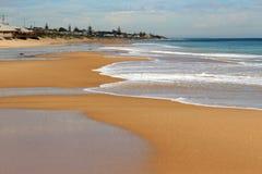 Die Wellen, die auf Basalt spritzen, schaukelt am Ozeanstrand Bunbury West-Australien Lizenzfreies Stockbild