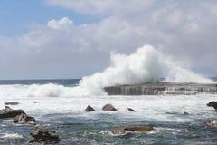 Die Wellen, die auf die Felsen bei Terrigal zerquetschen, setzen auf den Strand lizenzfreie stockfotos
