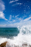 Die Wellen, die auf einem steinigen Strand brechen Lizenzfreies Stockbild