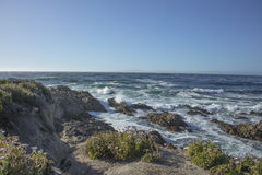 Die Wellen, die auf Felsen Fanshell zusammenstoßen, übersehen einen 17-Meilen-Antrieb Kalifornien Stockbilder