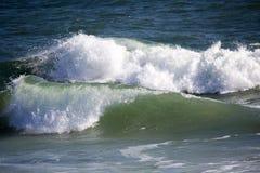 Die Wellen, die nahe dem Ufer in Ozean spritzen, setzen Bunbury West-Australien auf den Strand Lizenzfreie Stockfotografie
