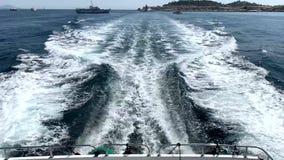 Die Wellen hinter der Yacht stock footage