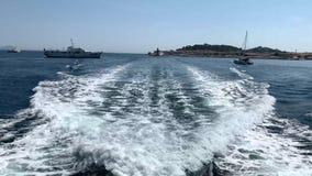 Die Wellen hinter der Yacht stock video