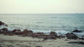 Die Wellen rollen auf einem Kiesel-Stein-Strand Langsame Bewegung 1920x1080 stock footage