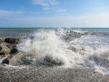 Die Wellen stoßen mit einem Spray von Felsen zusammen Lizenzfreie Stockfotografie