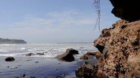 Die Wellen vom Meer zum Strand, genommen von hinten die Felsen von Bali-Strand stock footage