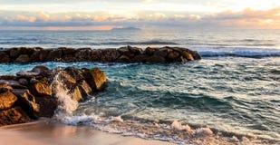 Die Wellenbrecher auf den Felsen Stockfotografie