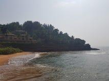 Die Wellenschläge gegen das Ufer Lizenzfreie Stockfotografie