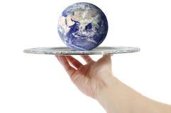Die Welt auf einer silbernen Mehrlagenplatte Stockfotografie