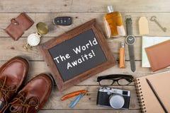 Die Welt erwartet Aufschrift - Kamera, Pass, Karte, Notizblock, Kompass und anderes Material für Reise stockfotos