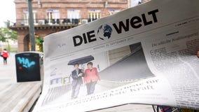Die Welt-perskrant die over Angela Merkel-verkiezing in Duitsland rapporteren stock videobeelden