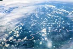 Die Welt unter dem Flügel lizenzfreie stockfotos