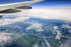 Die Welt unter dem Flügel lizenzfreie stockbilder