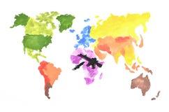 Die Weltkarte wird mit farbigen Aquarellfarben auf Weißbuch mit der Teilnahme eines schwarzen Spielzeuggewehrs und des Messers ge Lizenzfreie Stockbilder