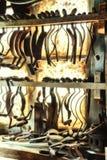 Die Werkstatt des Fassbinders mit Werkzeugen des erfahrenen Arbeiters Stockbild