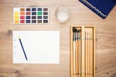 Die Werkzeuge der Künstler auf dem Desktop Stockfotografie