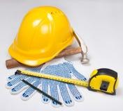 Die Werkzeuge des Erbauers - gelber Sturzhelm, Arbeitshandschuhe, Hammer, Stift und ich Lizenzfreies Stockbild