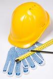 Die Werkzeuge des Erbauers - gelber Sturzhelm, Arbeitshandschuhe, Stift und Maß ta Stockfotos