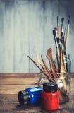 Die Werkzeuge des Künstlers für das Malen und das Gestalten lizenzfreie stockfotografie
