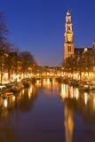 Die Westkirche und ein Kanal in Amsterdam nachts Stockfotografie
