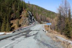 Die westlichen Sayan Berge Die Brücke durch den Fluss Stoktysh Lizenzfreies Stockfoto