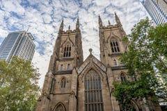 Die Westtürme von Sydneys St Andrew Kathedrale gegen einen drastischen Himmel, Australien lizenzfreies stockfoto