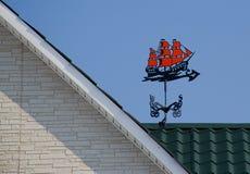 Die Wetterfahne auf dem Dach Stockbilder