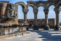 Die wieder hergestellten Ruinen des Tempels von Zvarnots der Tempel von Vigi Lizenzfreie Stockfotografie