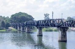die wilde Ansicht der historischen Brücke auf dem Fluss kwai in Kancha Stockbilder