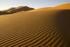 Die Wind-durchgebrannten Linien von Sanden in Marokko stockfotos