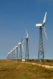 Die Windgeneratoren gegen den blauen Himmel Stockfoto