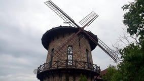 Die Windmühle dreht die Blätter der Windenergie stock footage