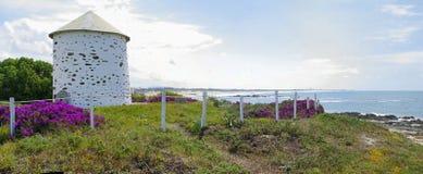 Die Windmühle in natürlichem Parque tun Litoral Lizenzfreie Stockbilder
