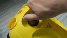 Die Wirbelmaschine schließend, wässern Sie Kappe auf Dampfreiniger mit heißer Warnzeichenhandnahaufnahme stock video
