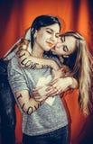 Die wirklichen Freundschaftsmädchen Zwei Freundinnen Lizenzfreies Stockfoto