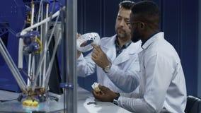 Die Wissenschaftler, die an 3-D Drucken in der Medizin arbeiten, beabsichtigt stock video footage