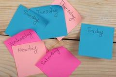 Die Wochentage - die Papieraufkleber, die zum Brett befestigt werden, ist stockbilder