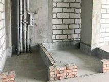 Die Wohnung ist in einem Neubau mit freier Planung ohne Reparatur und Vollenden mit bloßen Wänden Konzept: Reparatur, Gebäude lizenzfreie stockfotos